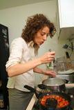 Donna che cucina nel paese Fotografia Stock Libera da Diritti