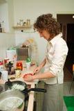 Donna che cucina nella cucina Fotografia Stock Libera da Diritti