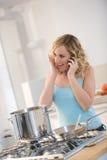 Donna che cucina pasta Fotografia Stock