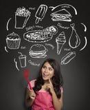 Donna che cucina pensando che cosa cucinare Fotografie Stock Libere da Diritti