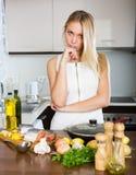 Donna che cucina primo piatto nella sua vita Immagine Stock Libera da Diritti