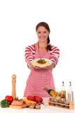 Donna che cucina spaghetti Immagini Stock