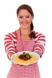Donna che cucina spaghetti fotografie stock