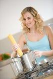 Donna che cucina spaghetti Fotografia Stock Libera da Diritti