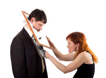 Donna che dà dei calci all'uomo in testa con la struttura immagine stock