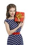 Donna che dà il contenitore di regalo, ragazza nella retro Polka Dot Dress Fotografie Stock