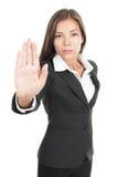 Donna che dà il fanale di arresto della mano Immagine Stock