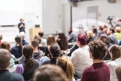 Donna che dà presentazione nel corridoio di conferenza all'università Immagini Stock Libere da Diritti