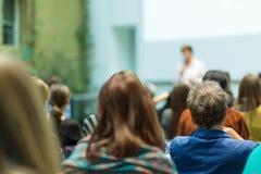 Donna che dà presentazione nel corridoio di conferenza all'università Immagini Stock