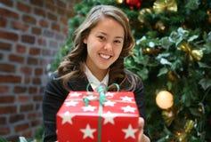 Donna che dà regalo di Natale Fotografia Stock