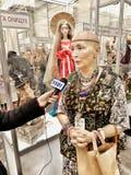 Donna che dà un'intervista fotografie stock