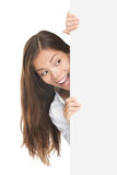 Donna che dà una occhiata al segno Fotografia Stock Libera da Diritti