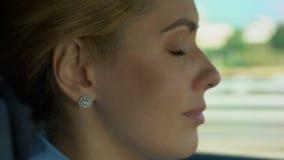 Donna che decolla i vetri mentre guidare, offuscamento della vista e rischio di incidente stradale archivi video