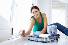 Donna che decora casa immagini stock