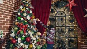 Donna che decora l'albero di Natale stock footage