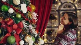 Donna che decora l'albero di Natale a casa stock footage