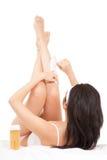 Donna che depilating i suoi piedini Fotografia Stock Libera da Diritti