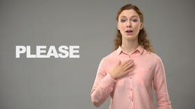 Donna che dice prego nel linguaggio dei segni, testo su fondo, comunicazione per sordo stock footage
