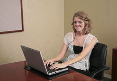 Donna che digita su un computer portatile immagini stock libere da diritti