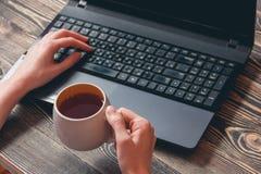 Donna che digita sul computer portatile Immagini Stock Libere da Diritti