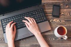 Donna che digita sul computer portatile Fotografia Stock