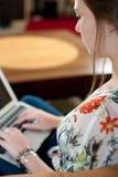 Donna che digita sul suo computer portatile. Fotografie Stock