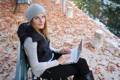 Donna che digita sul suo netbook Fotografia Stock Libera da Diritti