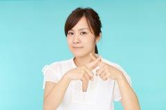 Donna che dimostra proibendo gesto Fotografia Stock