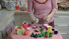 Donna che dipinge le uova di Pasqua video d archivio