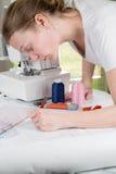 Donna che disegna un modello di cucito Fotografia Stock Libera da Diritti