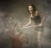 Donna che distrugge l'uovo di Pasqua fotografie stock libere da diritti