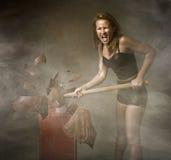 Donna che distrugge l'uovo di Pasqua fotografia stock