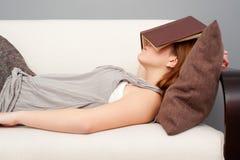 Donna che dorme con il libro Fotografie Stock