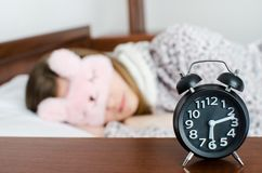 Donna che dorme con la sveglia Fotografia Stock