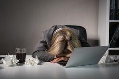 Donna che dorme davanti al computer in ufficio fotografie stock libere da diritti