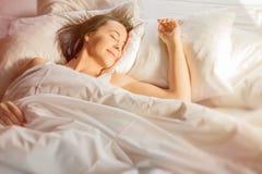 Donna che dorme nella base Fotografia Stock