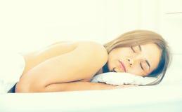 Donna che dorme nella base
