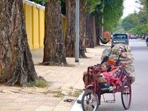 Donna che dorme su un carretto in Asia Fotografia Stock Libera da Diritti