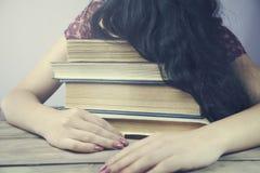 Donna che dorme sui libri Fotografia Stock