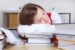 Donna che dorme sui libri Fotografie Stock Libere da Diritti