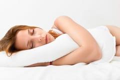 Donna che dorme sul cuscino bianco Fotografie Stock Libere da Diritti