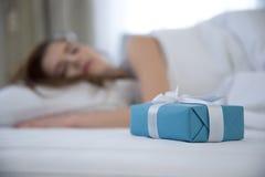 Donna che dorme sulla base Fotografia Stock