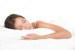 Donna che dorme sulla priorità bassa bianca Fotografia Stock