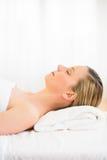 Donna che dorme sulla Tabella di massaggio alla stazione termale di salute Immagine Stock Libera da Diritti