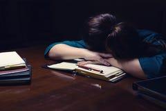 Donna che dorme sullo scrittorio Fotografia Stock Libera da Diritti