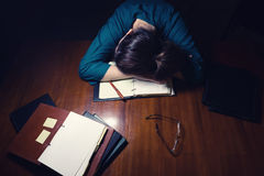 Donna che dorme sullo scrittorio Fotografie Stock