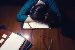 Donna che dorme sullo scrittorio Fotografia Stock