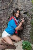 Donna che effettua gli scavi archeologici Fotografia Stock Libera da Diritti