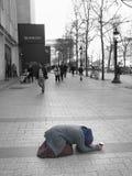 Donna che elemosina i campioni Elysées Parigi del viale Fotografia Stock Libera da Diritti