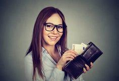 Donna che elimina soldi dal portafoglio Immagine Stock Libera da Diritti